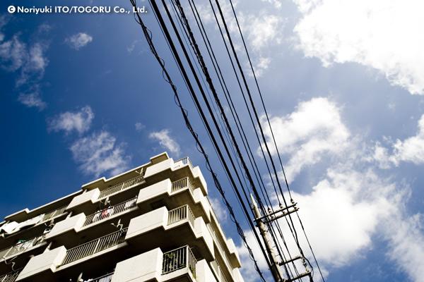電線とマンション