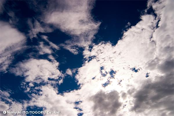 マーブル模様に雲が乱れる晴天