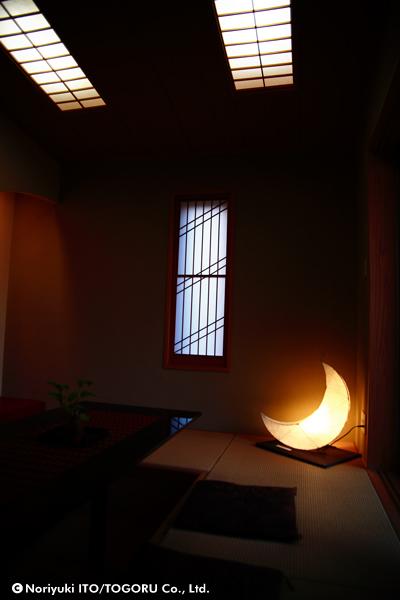 水谷光作さんの「月の形をした光るオブジェ」