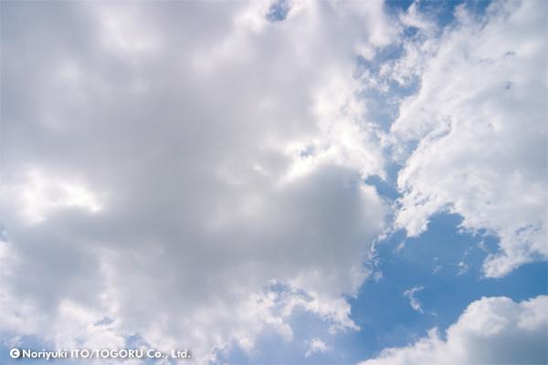 雲の間には青空が見える天気