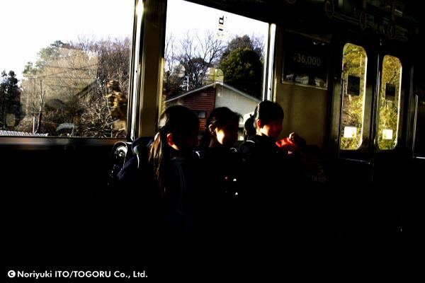 電車内の小学生