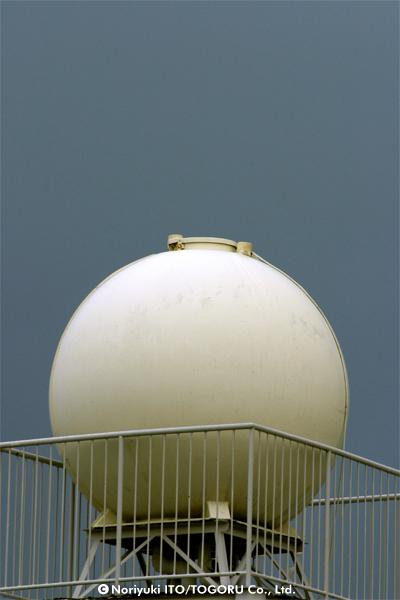 ブルーグレーの空に真っ白い貯水槽