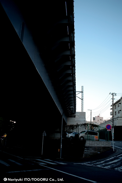 鉄橋と空をしたから見上げる