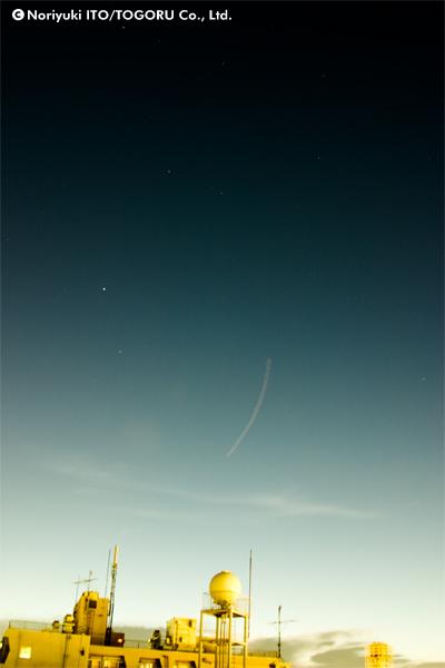 飛行機の点滅も露光時間が長いと1つの線になる