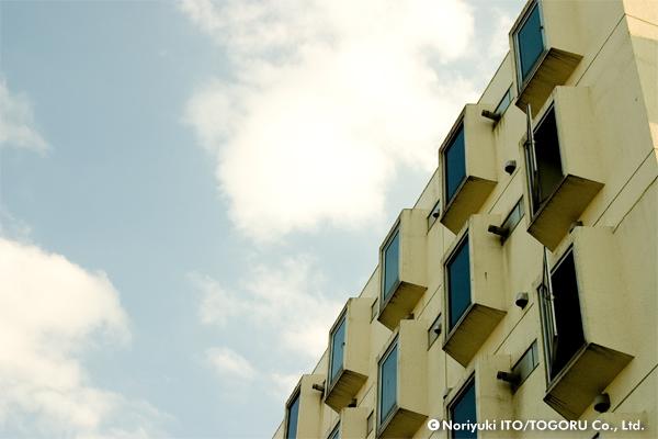 出窓がたくさんある建物