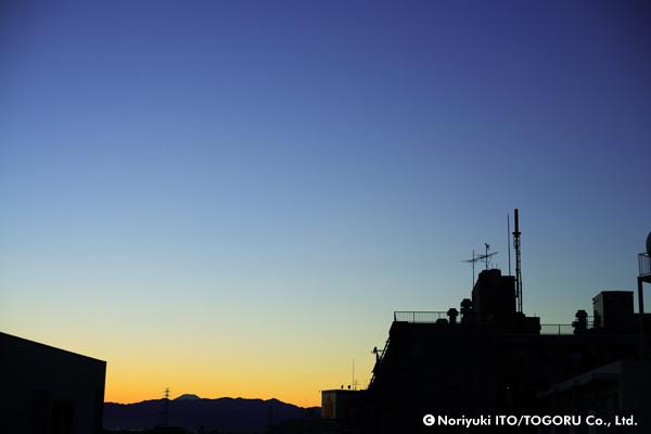 夕暮れの中、富士山が見えた