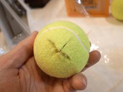 十字に切り込みを入れたテニスボール