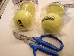 テニスボール4個と植木ばさみ